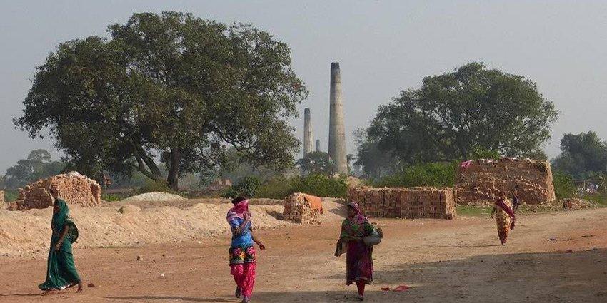 Dr.Flapper über die Brickfileds in #Kalkutta, wo Menschen per Hand Ziigelsteine herstellen.https://t.co/eRnc7tOxy3 https://t.co/lJtxje5tBx