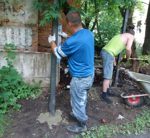 Продолжаются работы по устройству ограждения детского сада №23