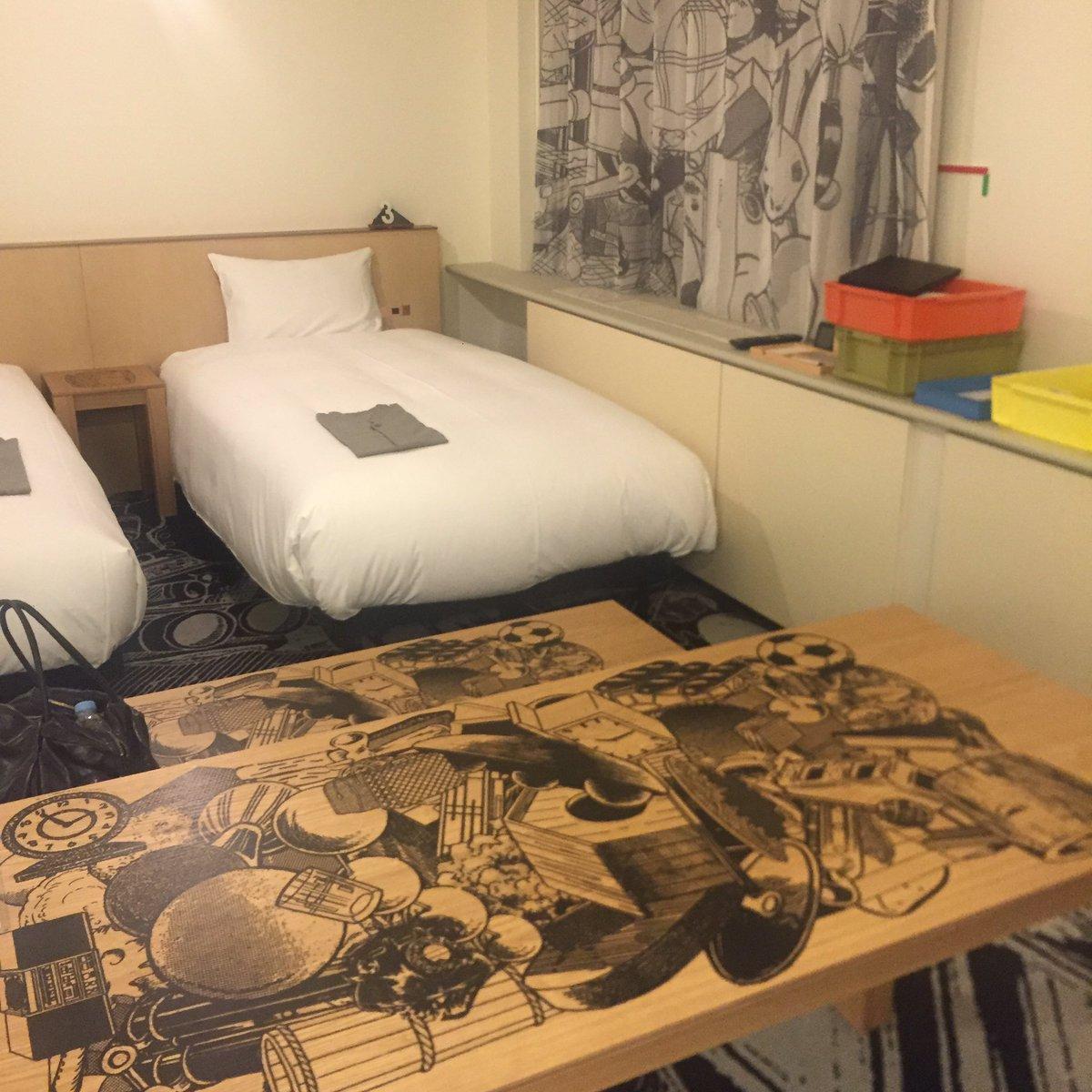 京都のアートホテル、空いていた日だったので部屋を選べ、金氏徹平の部屋にしたんだけど、全く落ち着かなくてお部屋を変えて頂いく。見て楽しく興味深いのと一緒に過ごして楽しいのとはまた違うのねと。アートとの同居は刺激が強いだけに難しい。 https://t.co/vzotKEmjs4