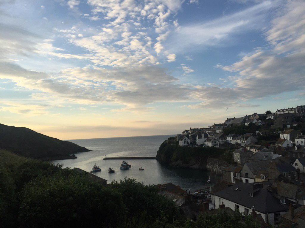 If you're watching Doc Martin...get yourself down to Port Isaac....was there last week...beautiful evening x https://t.co/leUH09PPg4