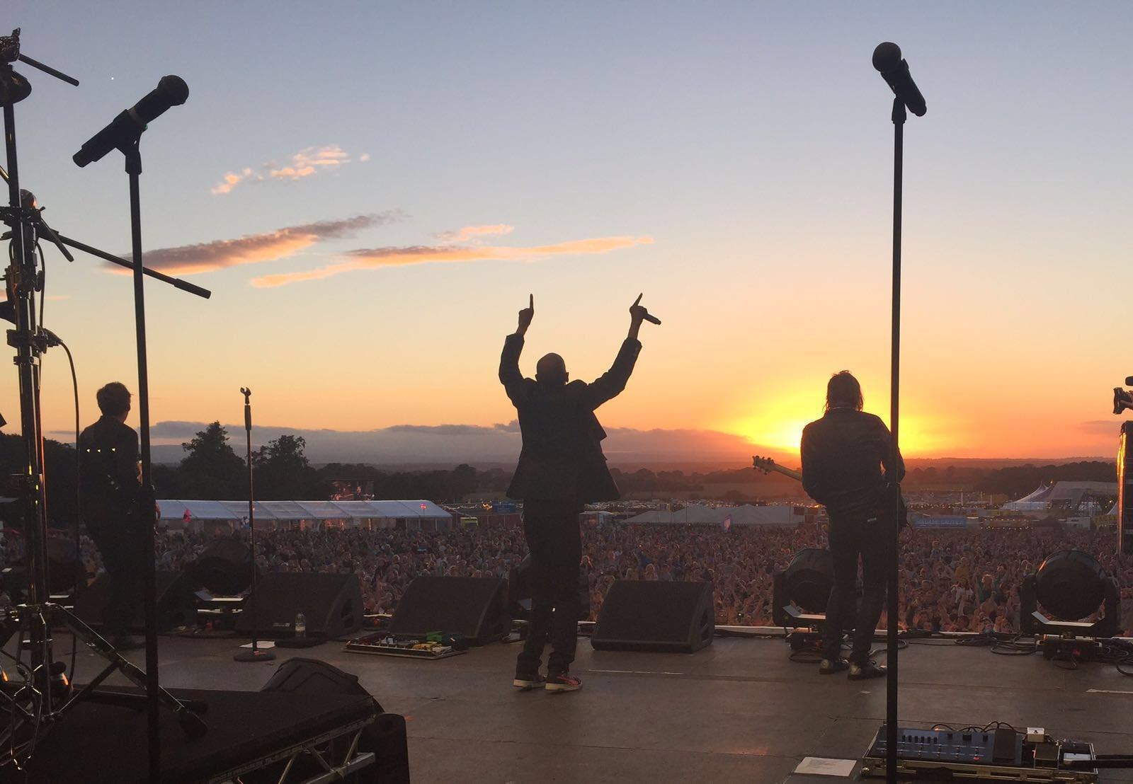 """Faithless last night at CarFest North. A magical moment, all the stars aligned, Maxi Jazz """"This is my church."""" https://t.co/S09jgTs8On"""