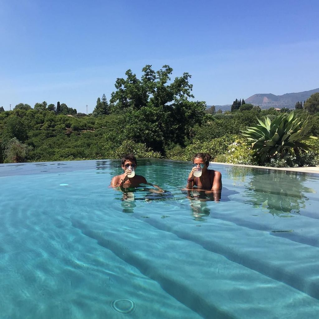 """Cooling down"" with chilled homemade lemonade and an infinity pool all to themselves #hide… https://t.co/knqBAAkOJs"
