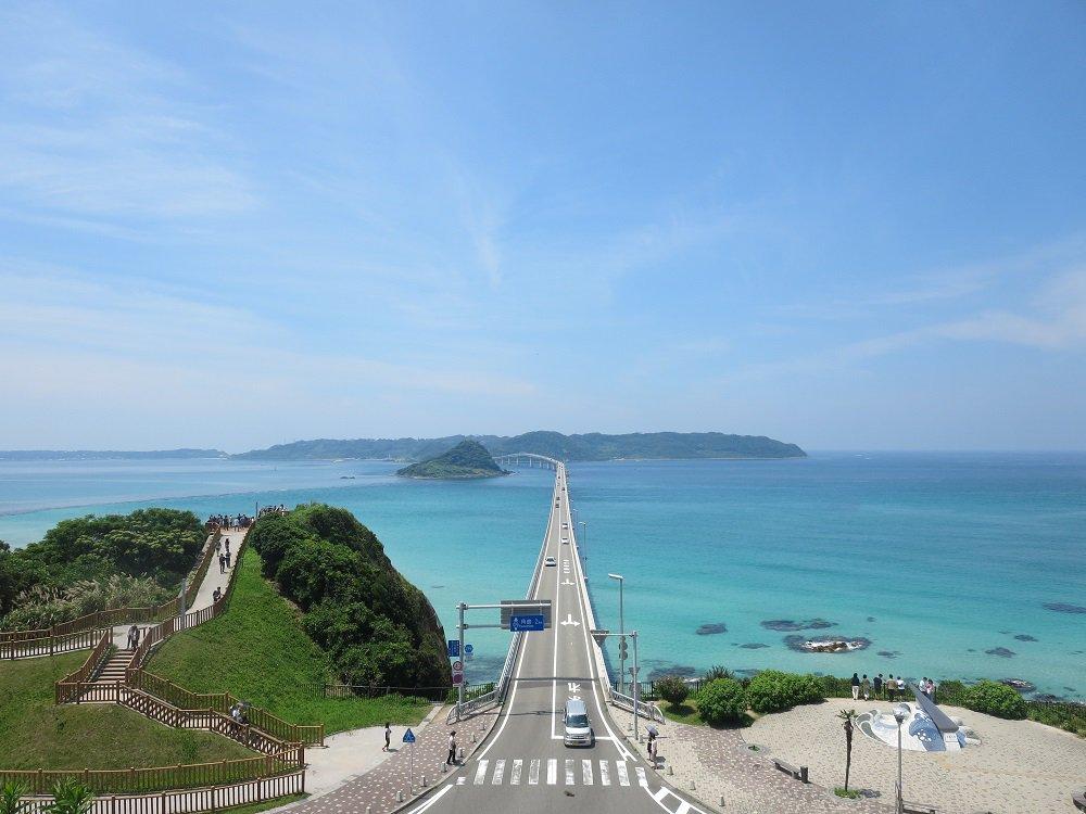 角島大橋 山口県下関市豊北町、本州から角島に向かう大橋。海の上を走るような感覚で通行できる。エメラルドグリーンの海の美しさも評判。 橋のすぐ隣に位置する鳩島が迫ってくる迫力も面白い。https://t.co/5PGgl1FrwX https://t.co/pwCuZ4YQht