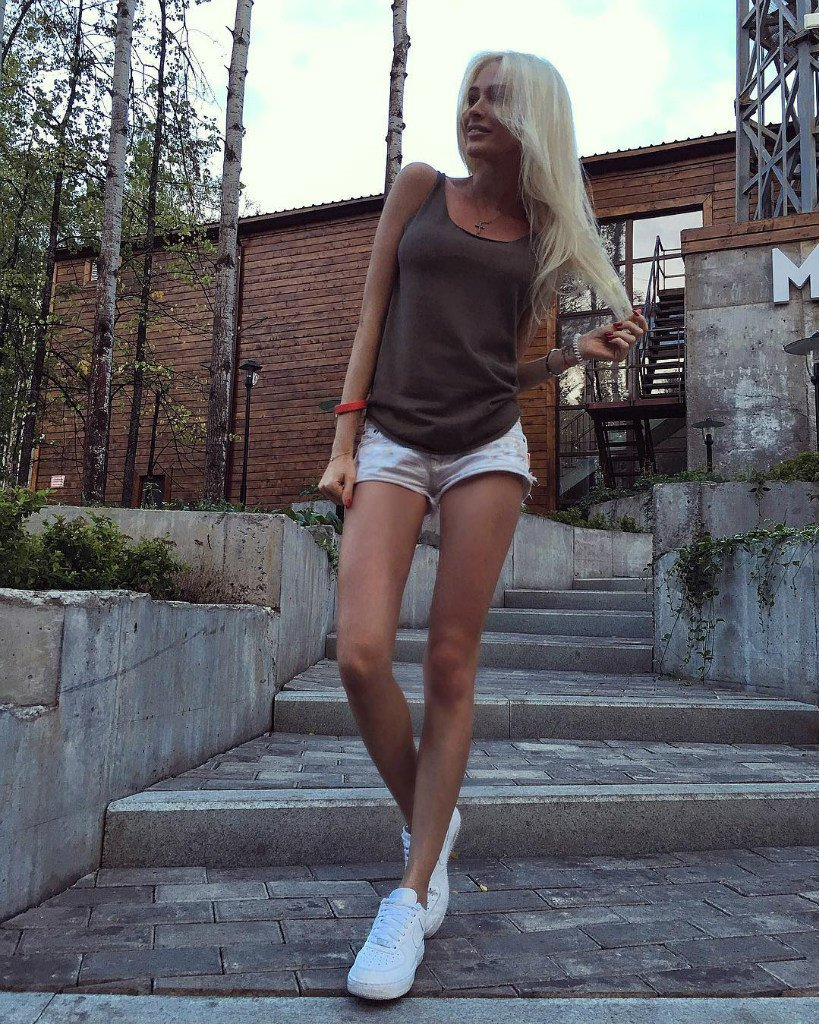 андерсон, эта девушки с худыми ногами потом выставляет