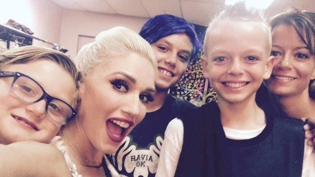 @gwenstefani called a bullied fan on stage after reading his mother's heartfelt sign>>