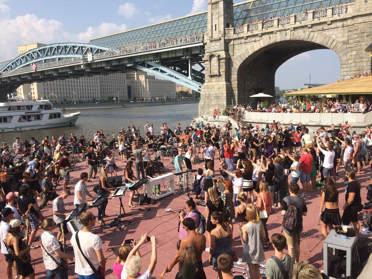 Cientos de fans rusos se reunieron para participar en el Rocknmob de Moscú.