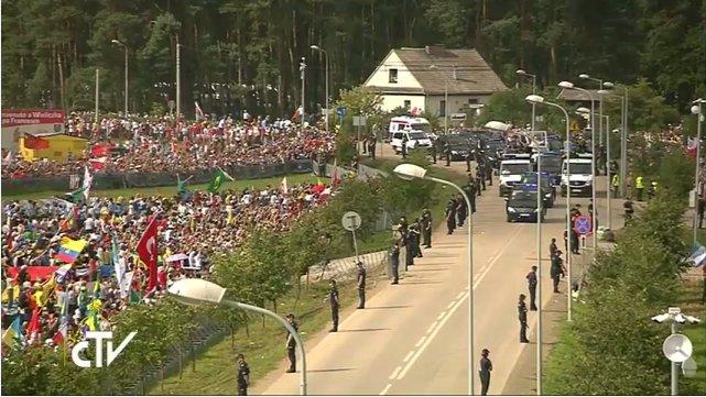 Arrivée de @Pontifex_fr au Campus Misericordiae pour la messe de clôture des JMJ #Krakow2016 #CampusMisericordiae https://t.co/80V9sUePHi