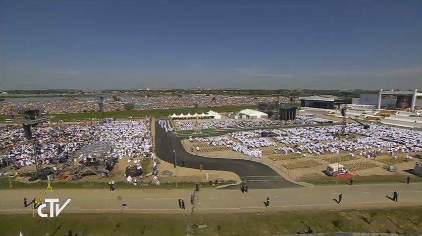 """""""Le Seigneur... désire venir chez toi, habiter ta vie de chaque jour"""" @Pontifex_fr #CampusMisericordiae https://t.co/vN8PTrkLWc"""