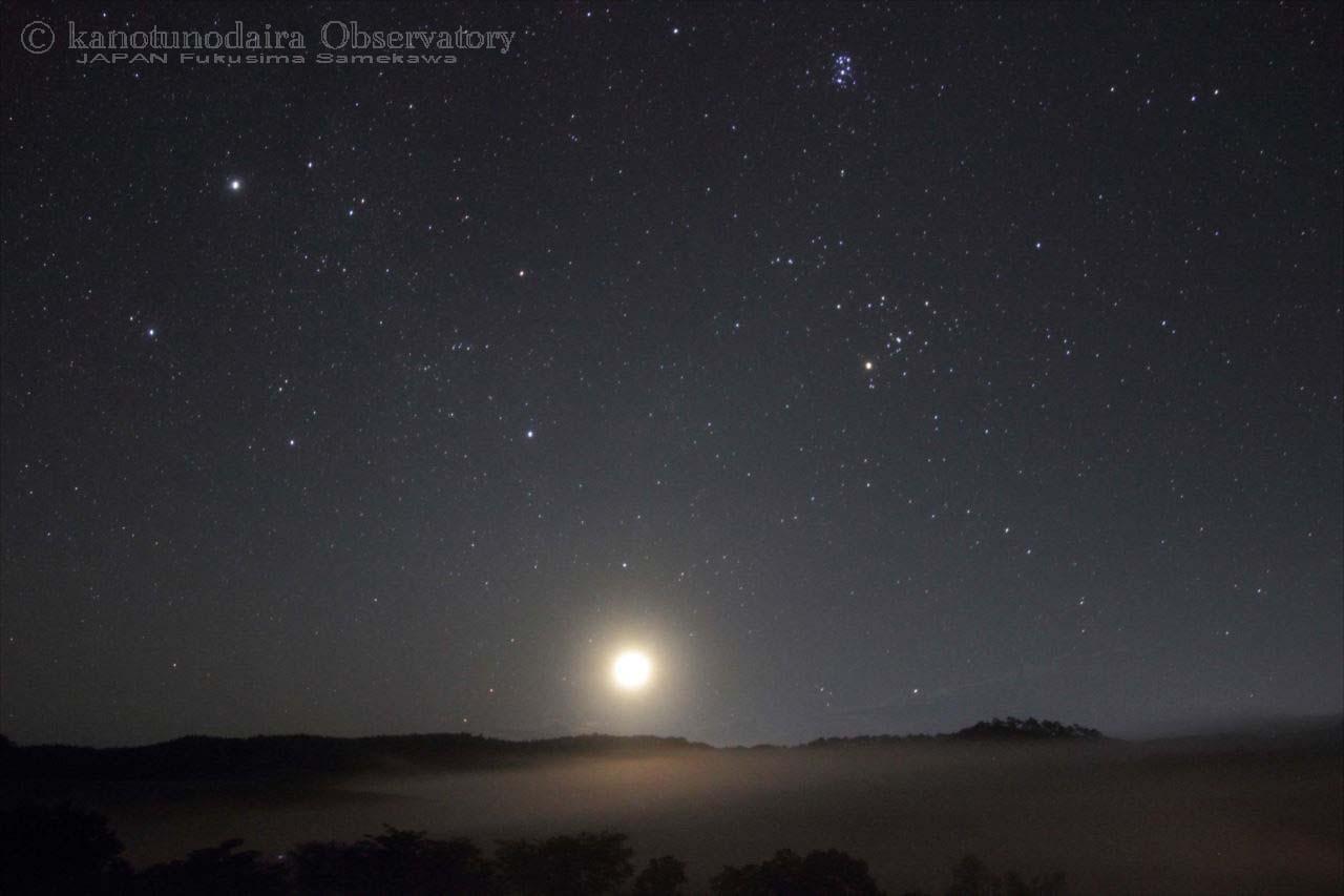 鹿角平に昇る有明の月。