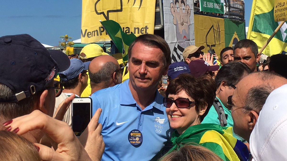 Bolsonaro marca presença na manifestação aqui em Copacabana. Gostem ou não, uma coisa é certa: não tem medo de povo.