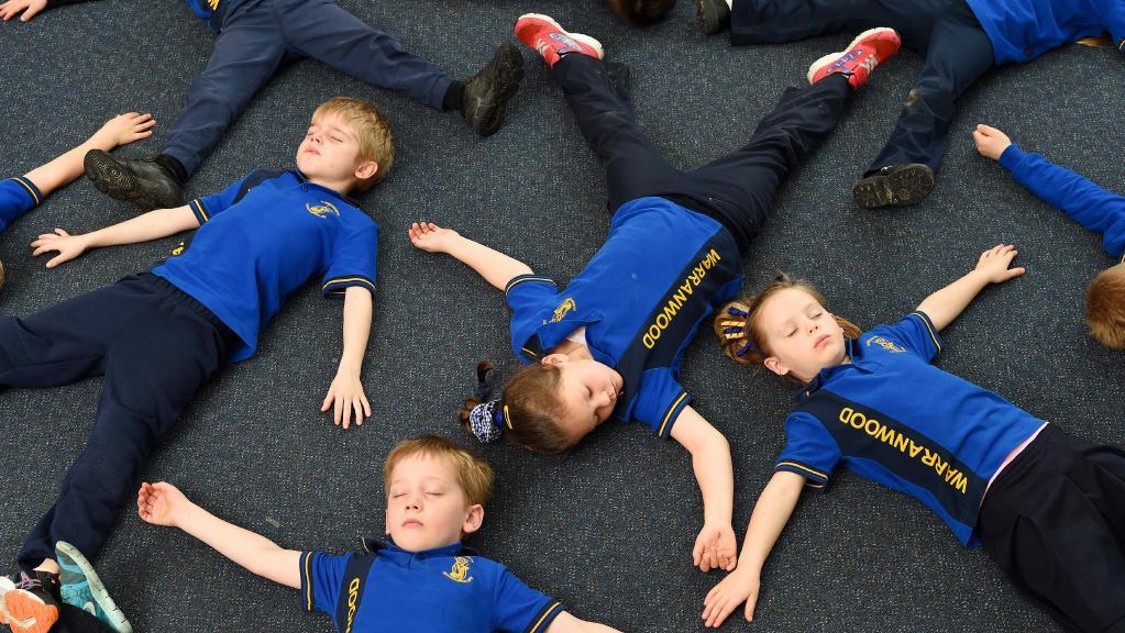 Para siswa Sekolah Dasar Warranwood, Victoria, Australia, melakukan relaksasi dan meditasi untuk kesadaran penuhi.