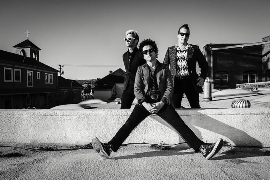 "dear friends! green day is putting out a new single called ""BANG BANG"" August 11. stay tuned for more details.. https://t.co/AuD0Ly3it9"