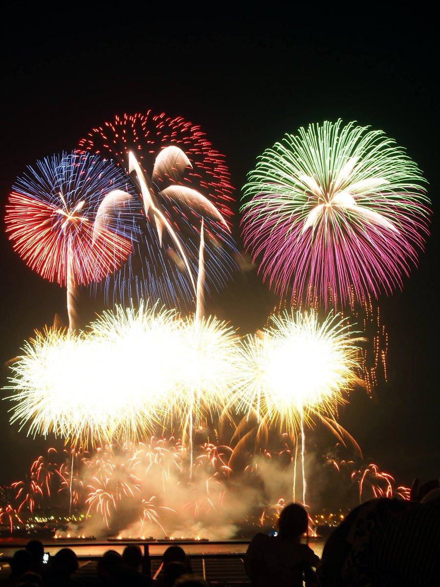 いよいよ明日8月2日は、#神奈川新聞花火大会! 晴れると良いですね。 目の前に花火の上がる屋上足湯庭園、当日のご案内です。 https://t.co/hBeh2YbVn3 ※写真は一昨年の当館からの様子です。  #横浜 #花火大会 https://t.co/gS9ELBbc3L