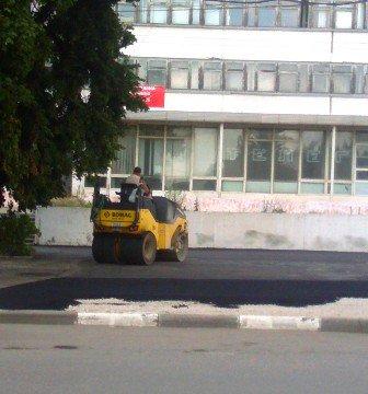 Продолжаются работы асфальтированию площади Ленина