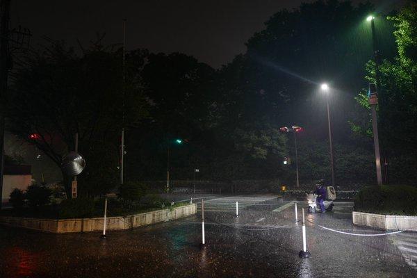 現在、KBS京都テレビ「生中継!京都五山送り火2016」をオンエアしていますが、京都市内は激しい雨が降り続いています。 https://t.co/p8I4zZv629 https://t.co/CDQtrR4IQ5