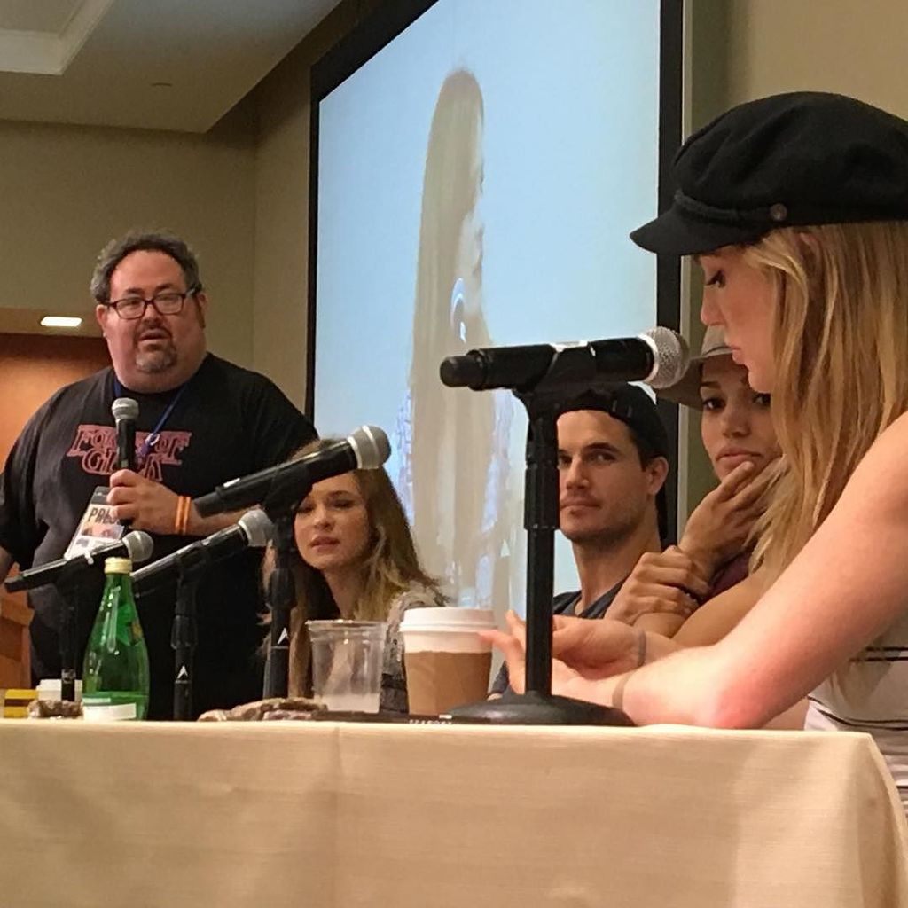 The Legends of CW Panel at #bostoncon #robbieamell #caitylotz #daniellepanabaker #ciararen… https://t.co/Cj8pWL07WI https://t.co/q7BYh5nGze