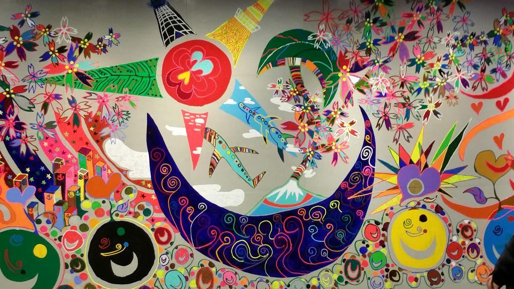 日本財団パラリンピックサポートセンター、共同オフィス入口の絵はSMAP香取慎吾くんによるもの。 一目で、平和的な気持ちになれて力をもらえる香取くんの心がこもった素晴らしい作品です。 存続を願います… https://t.co/4bXqsB71MD