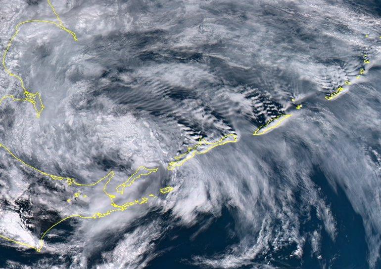 北海道の東で台風人生を終え,温帯低気圧になった元・台風第6号に伴う雲.低気圧中心の東側の島で励起された風下山岳波による波状雲がキレイ.