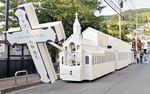 長崎で行われる伝統行事「精霊(しょうろう)流し」。仏教の儀礼ですが、カトリック信者の精霊船、迫力あります。文化レベルでのこういったシンクレティズム、いいですね。https://t.co/ltzjZfUE3Y https://t.co/dUm0Smf6vl