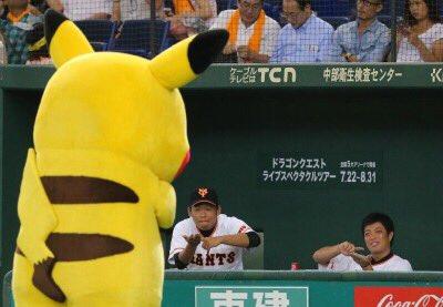 試合前、グラウンドに現れた「ピカチュウ」を〝ゲット〟しようとモンスターボールを投げるポーズを見せている田口麗斗、高木勇人投手sankei.com/smp/photo/phot… pic.twitter.com/NHKM5cXRrq