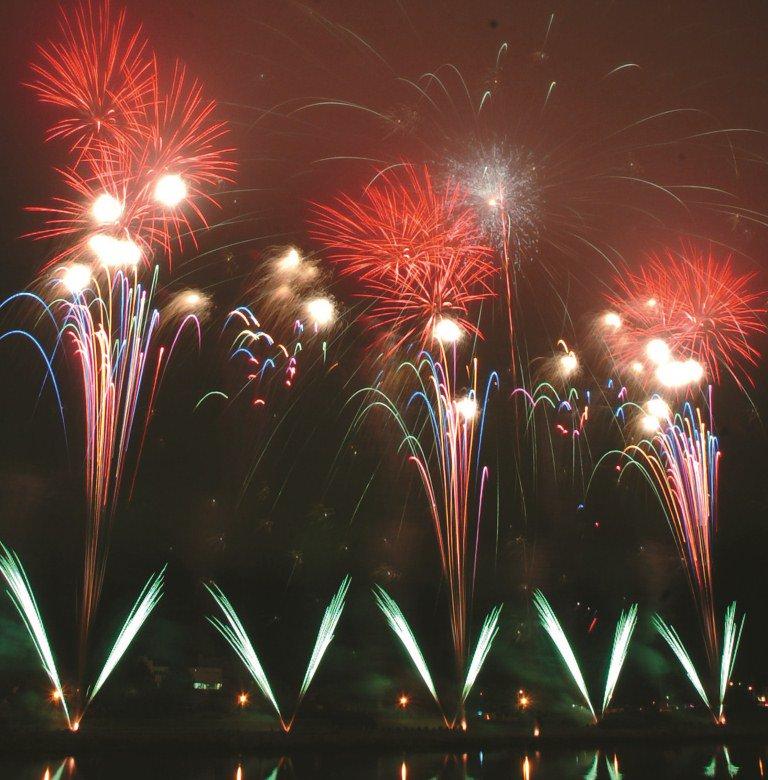 「釧路新聞創刊70周年記念第58回釧新花火大会」が19時より、新釧路川鳥取橋上手緑地公園にて開催いたします。  道内有数の豪華華麗なプログラムに、どうぞご期待ください。  皆様のご観覧をお待ちしております。 https://t.co/EhDlgDPyF0
