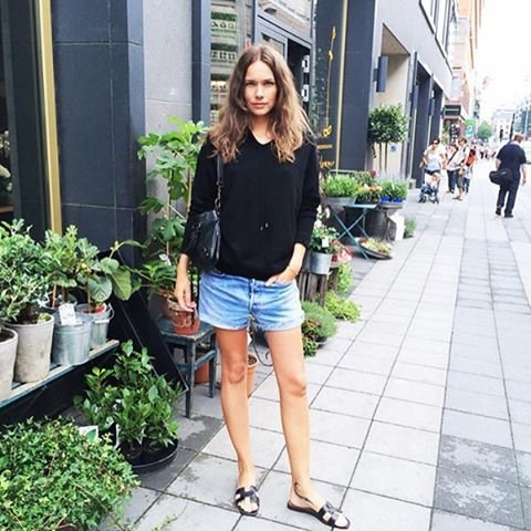 What shoe are style bloggers obsessed with? Hermes Oran Sandals.  #hermesoransandal #hermes #styleblogger  #obsessedpic.twitter.com/qgcWCQ3ksZ