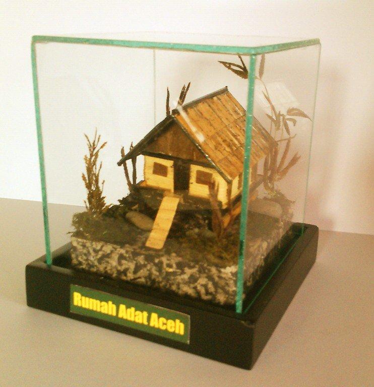 Miniatur Rumah Adat Papua