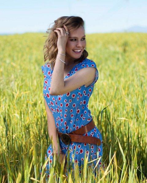 Hoy en la @RevistaSemana la guapísima @Emeraldmoya conjunta su vestido con un cinturón #CipoandBaxx pic.twitter.com/wtAoEyyqpj