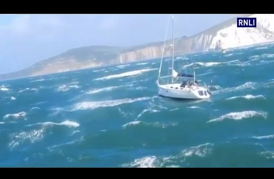 Watch as the crew of @YarmouthRNLI rescue a stricken yacht off #ShinglesBank #IsleofWight  https://t.co/50G350mNvE https://t.co/D3zbKoOdmK