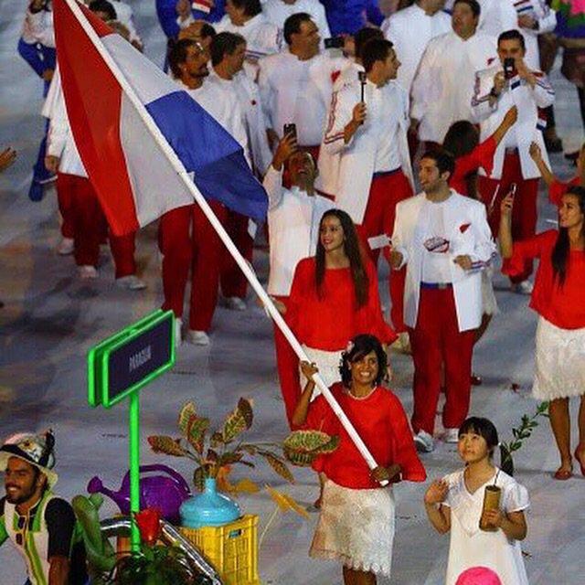 Que momento más increíble!! Un honor llevar la bandera de mi Querido Paraguay!! Orgullosa de mi sangre guaraní!!! https://t.co/eiiQX5plvR
