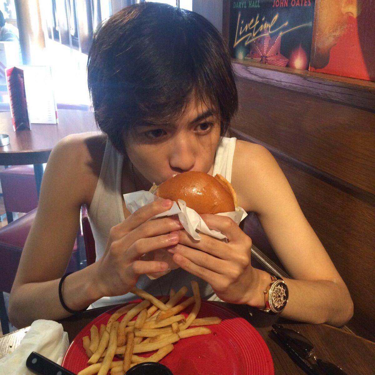 ハンバーガーを食べる志尊淳