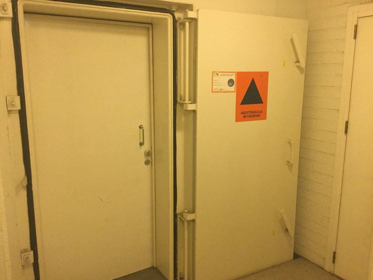 フィンランドホテルにて僕「チェックインで来たけど部屋がどこかわからない」 掃除のおばちゃん「案内してあげるよ」 僕「わーい」 掃除のおばちゃん「ついてきて」 僕「はい」 掃除のおばちゃん「ここが核シェルター」 僕「核シェルター」