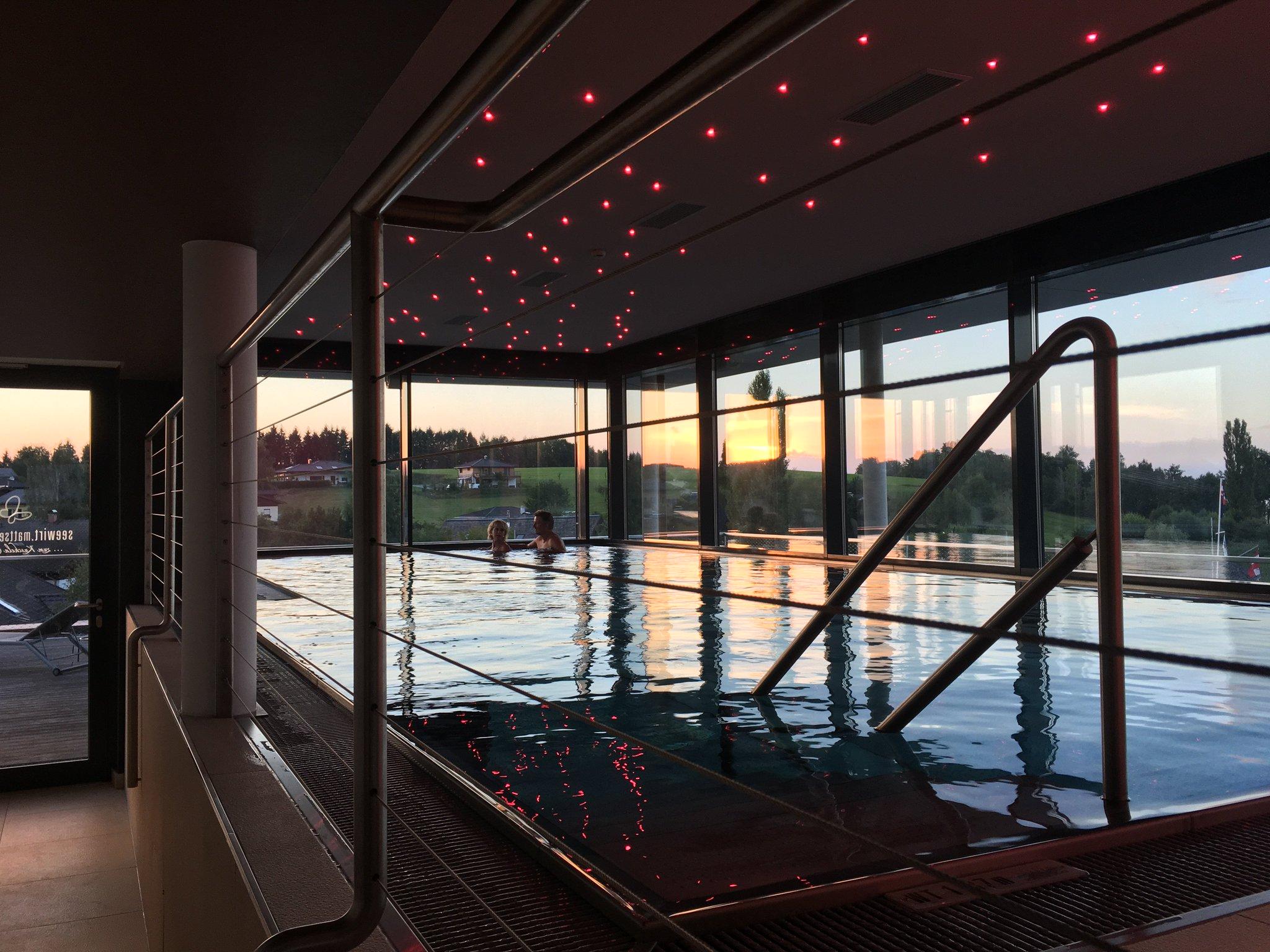 Letzte Aufgabe für heute: im Pool zum Sonnenuntergang #meurers #seewirt #Mattsee https://t.co/xDFQELr8O9