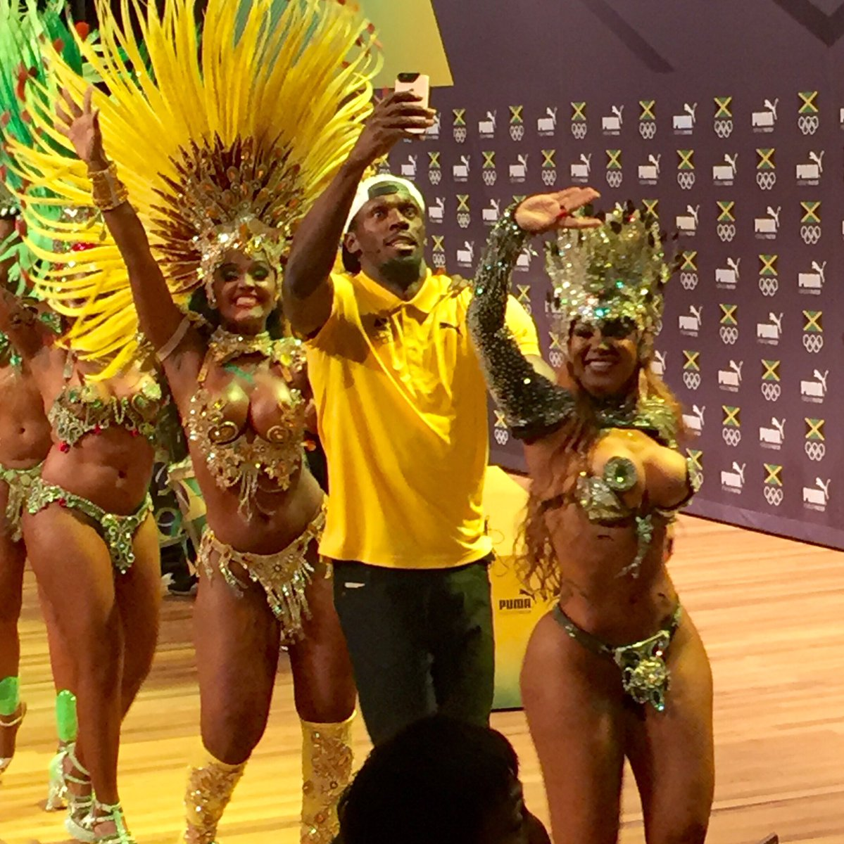 Usain Bolt walking out of his press conference with a dancing entourage https://t.co/6vm9mIlEBD