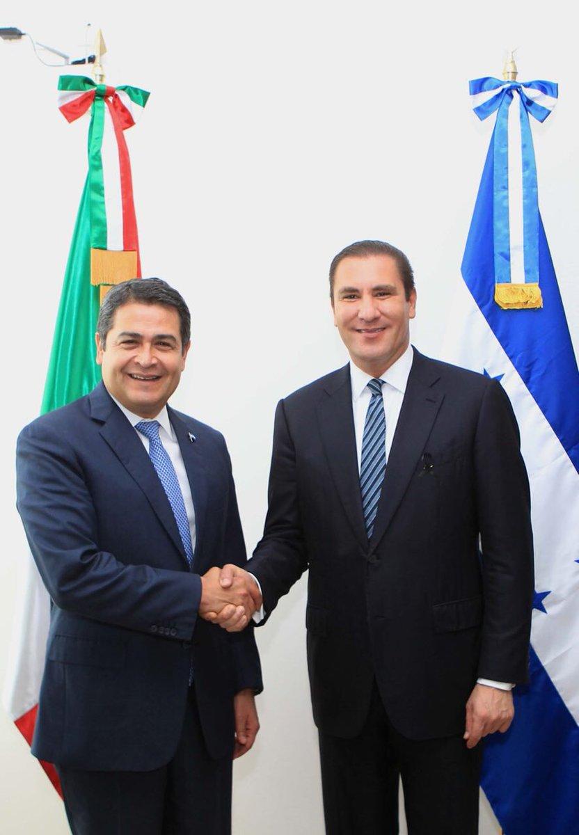 Entregué la Medalla Puebla 5 de Mayo a @JuanOrlandoH. Debemos generar cadenas de valor entre Honduras y Puebla. https://t.co/eNXswcwODd