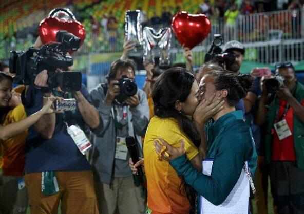Страстный поцелуй между девушками на олимпиаде в Рио-2016