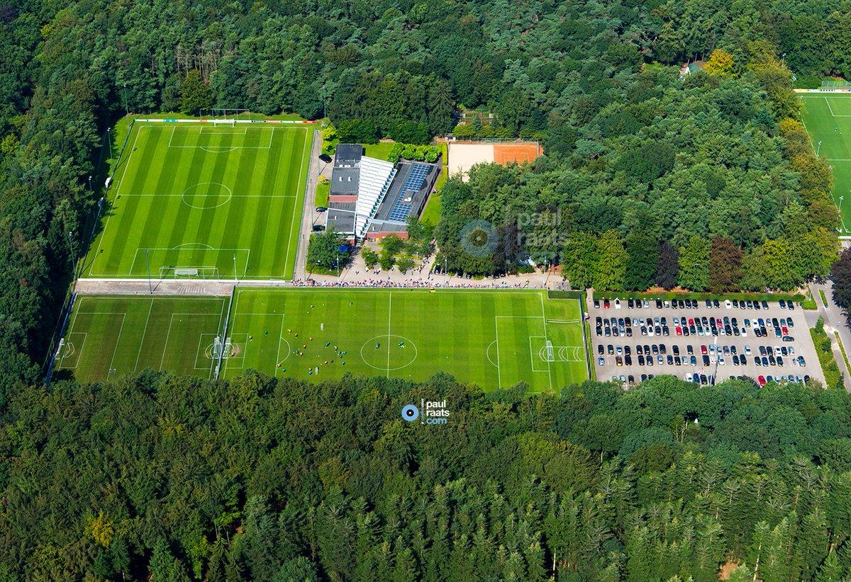 @PSV training vanuit de lucht gezien vandaag op de prachtig groene Herdgang met publiek @GuusPe  #voetbal #knvb https://t.co/ppvTMwgEU7