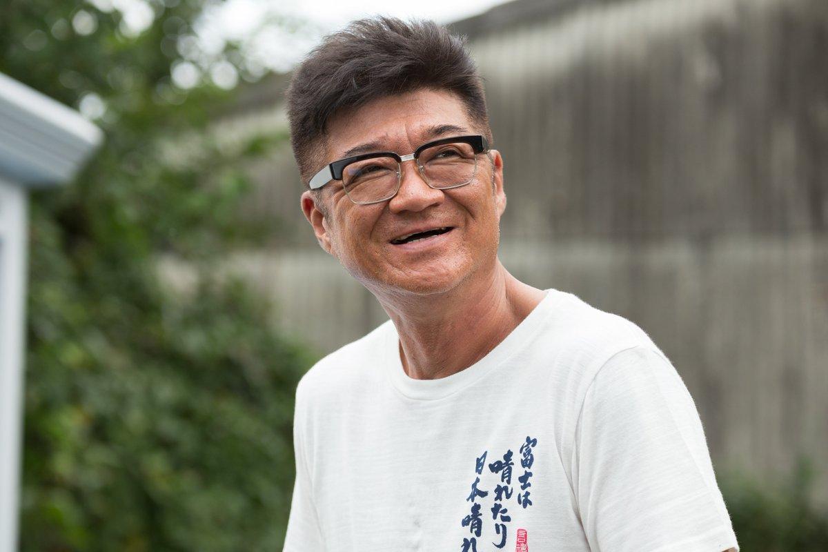 映画で笑顔を見せる小沢仁志