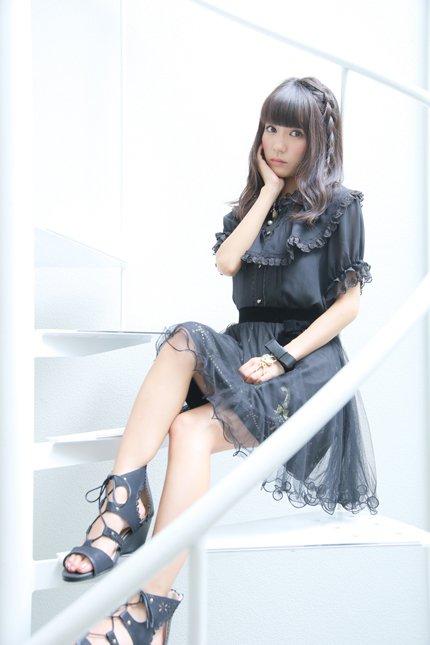ミニスカート姿の荻野可鈴さん