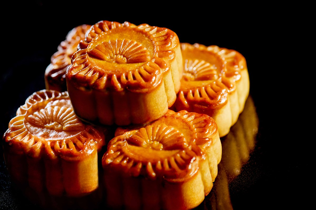 Share #mooncakes w/ your loved ones this #MidAutumn  #perfectgift #Chineseculture #MOfoodies https://t.co/4luj2H7Xkw https://t.co/DOqHa9ZkQd