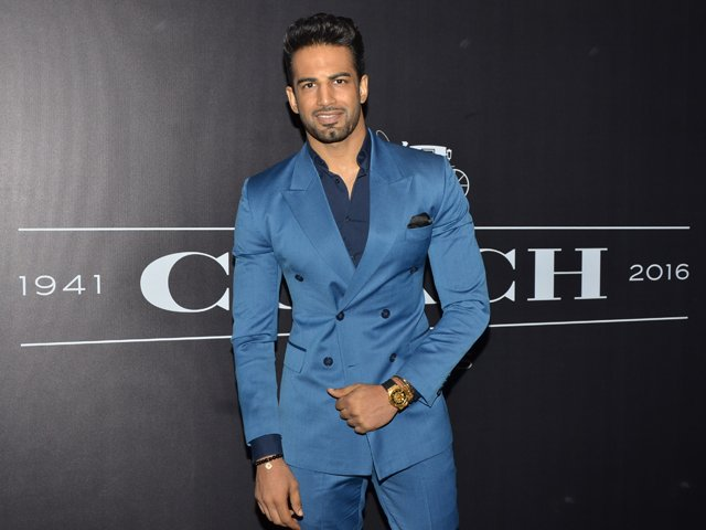 @upenpatelworld Upen Patel looks suave in a suit at the launch of Coach. Buzz, PartyPics: https://t.co/8qBlqIOa3A https://t.co/4Lit7QCeX4