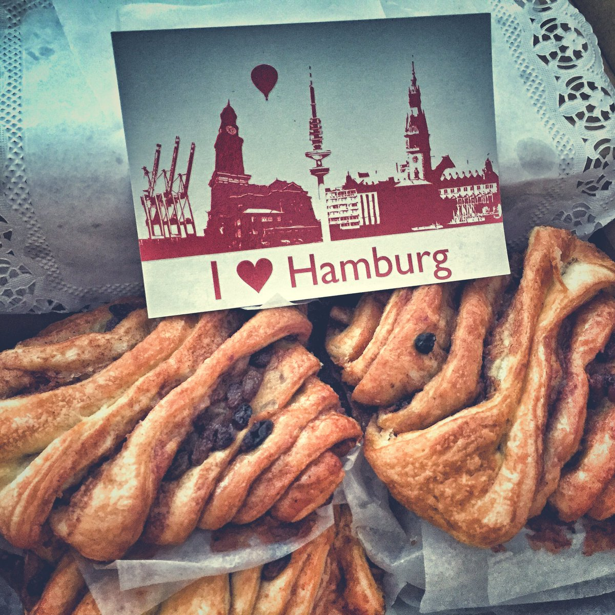 Post aus #Hamburg von unseren lieben Kollegen des @PolizeiHamburg SocialMediaTeam! We❤️ #Franzbrötchen -Dankeschön 😊