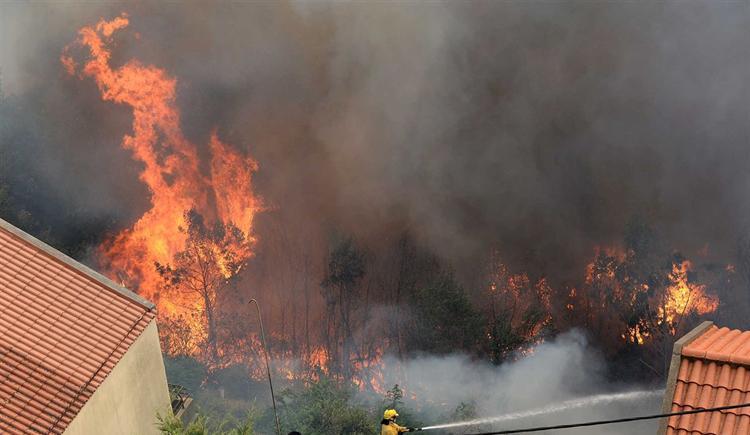 #Sociedade Quinze casas a arder no Funchal https://t.co/WFpmW91jP7 Em https://t.co/MDmhqgtnSp