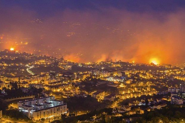 BREAKING: Hundreds evacuated as wildfires ravage tourist region #PrayForPortugal https://t.co/lZD45cmMAu