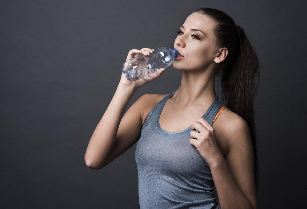 Bere acqua: perché una corretta idratazione è fondamentale nella pratica sportiva