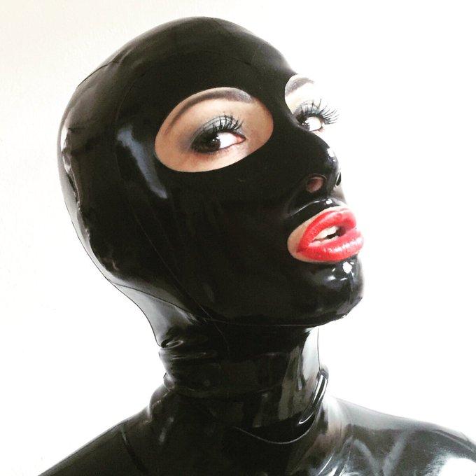 Seguimos rodando con mucho látex para @kinkcanary con @ValeBiancoxx ! ?? #fetish #rubber #latex https://t