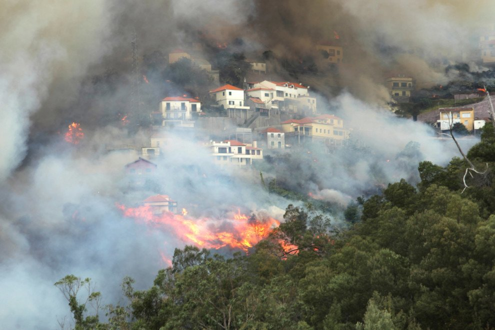 These pictures of deadly wildfires show why #PrayForPortugal has been trending https://t.co/3yXTaF7kTV