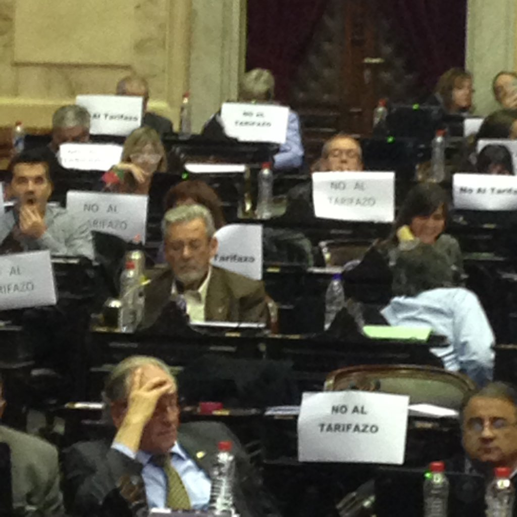 El reino de la hipocresía : los responsables del desastre energético protestan en la Cámara. Inclusive DeVido!!!! https://t.co/t6IdYNH4XZ