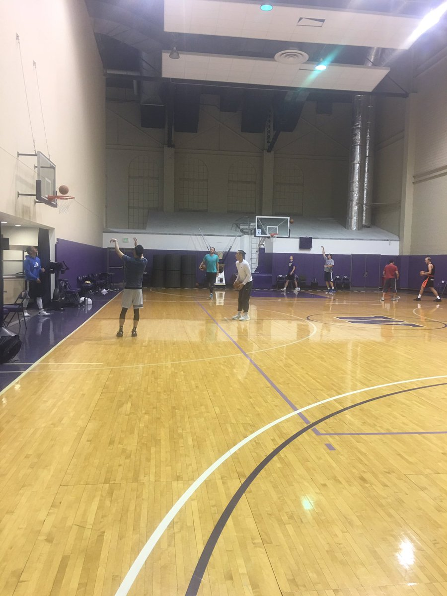 Pros all over the gym, Jermey Lin, Spencer Hawes, Nick Collinson, Luke Sikma, Pros In here working https://t.co/EN2BlUCpPu