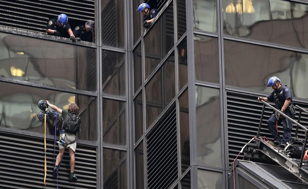 "New York, giovane scala la Trump Tower con le ventose: ""Devo parlare con Donald"""